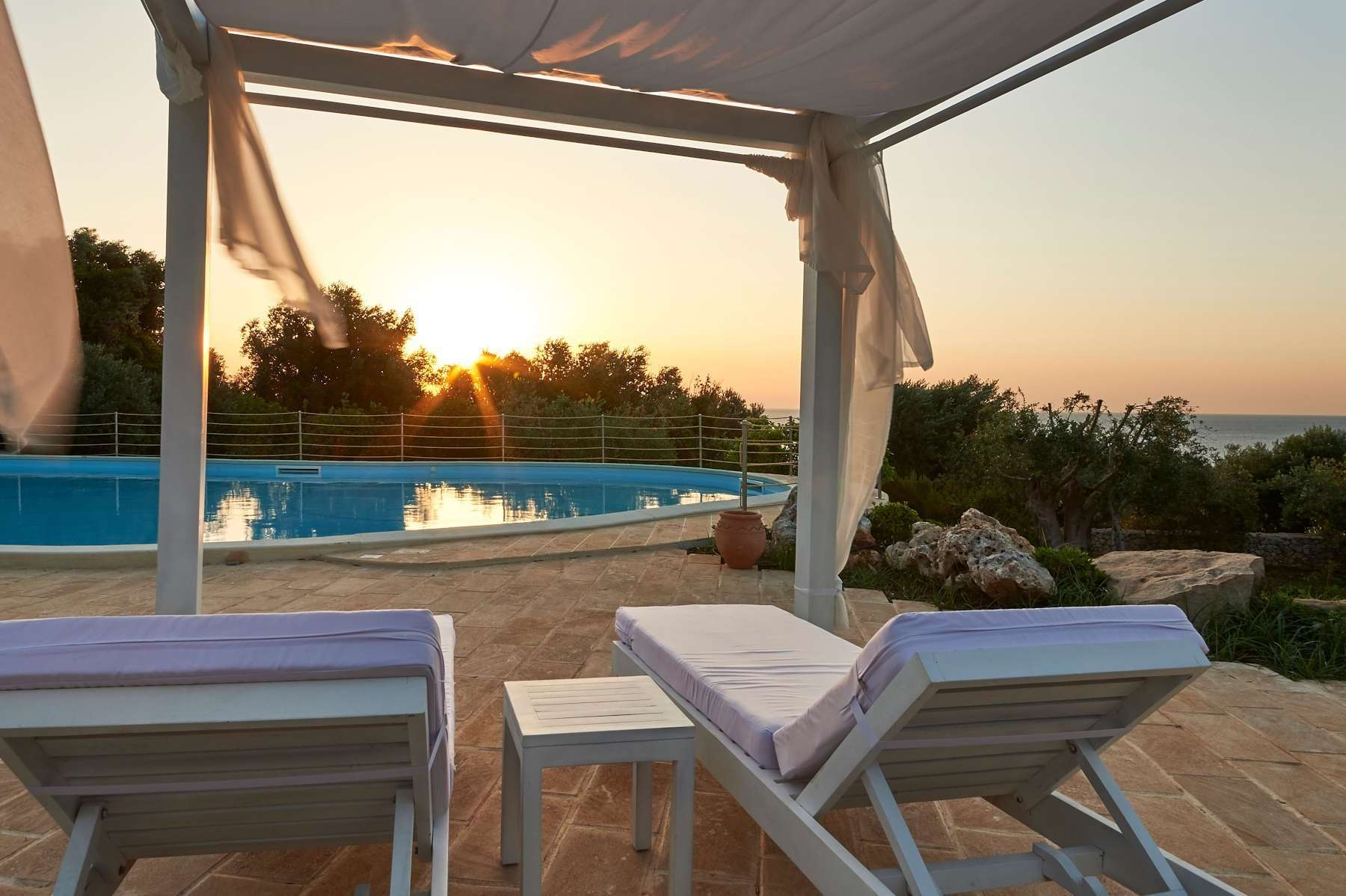 marenea suite hotel - puglia - italie - zwembad by night