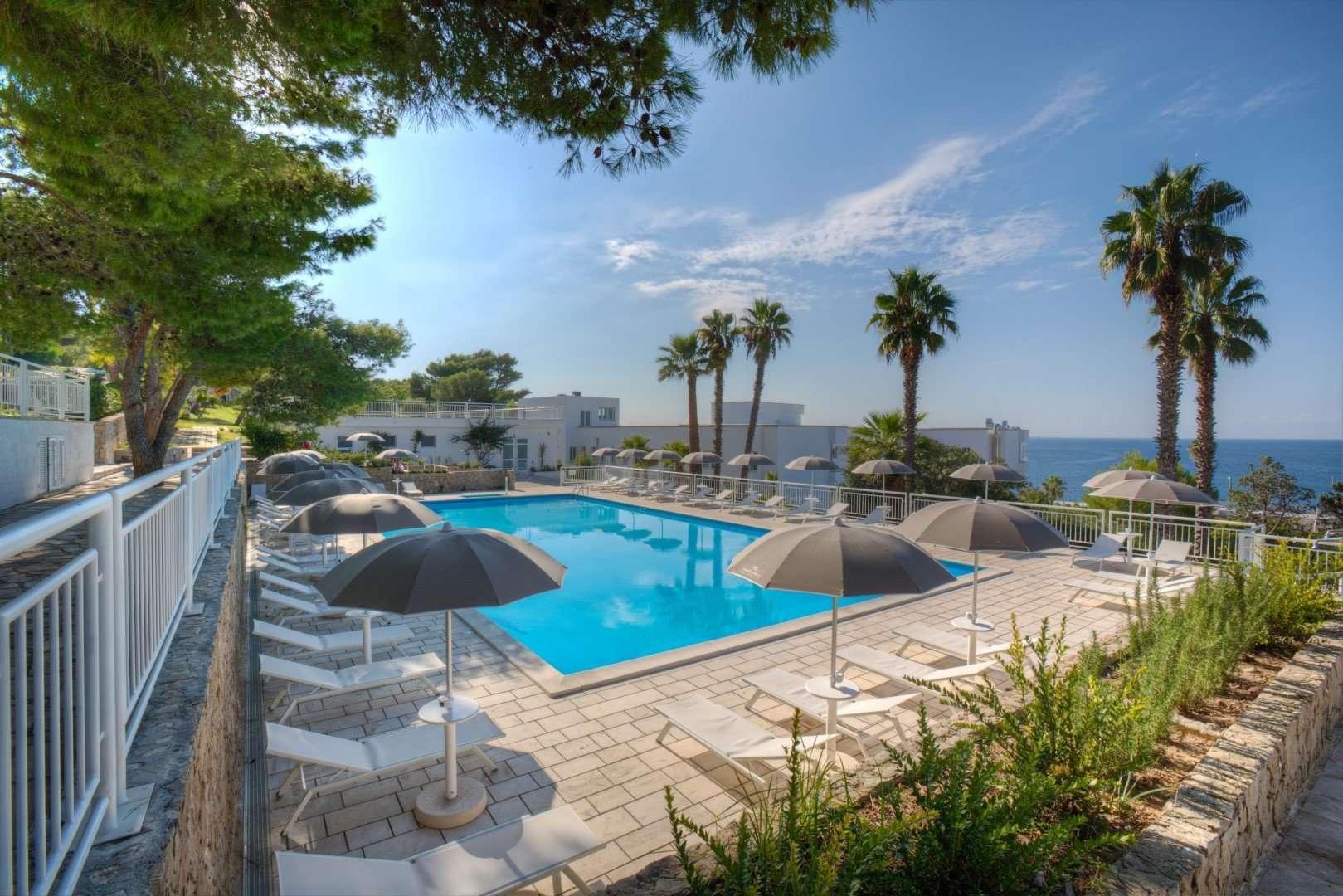 grand hotel riviera - puglia - italie - zwembad met ligbedden en parasols
