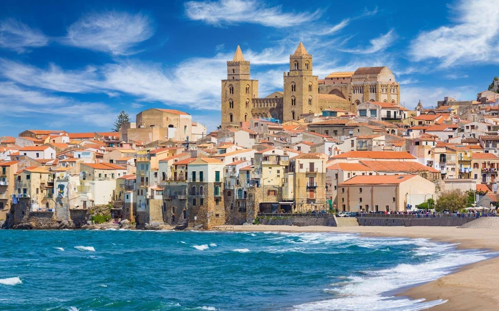 Zandstrand en blauwe zee in Cefalu - Sicilie